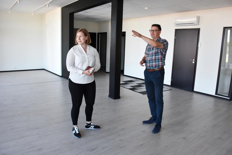 Saara Vähäkangas on toimistohotellin ensimmäinen vuokralainen. Kalajoen Hiekkasärkät Oy:n toimitusjohtaja Janne Anttila esittelee ikkunoista aukeavaa merimaisemaa: - Se on sekä levollinen että inspiroiva.