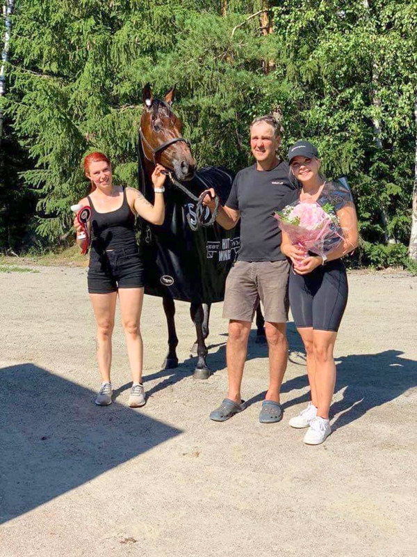 Teivon tallimäellä nähtiin iloisia ilmeitä. Umberto Croft kera taustavoimien Sari Riihimäki (vasemmalla), Henry Ala-Korpi ja Tia Heikkilä voittoisan juoksun jälkeen.