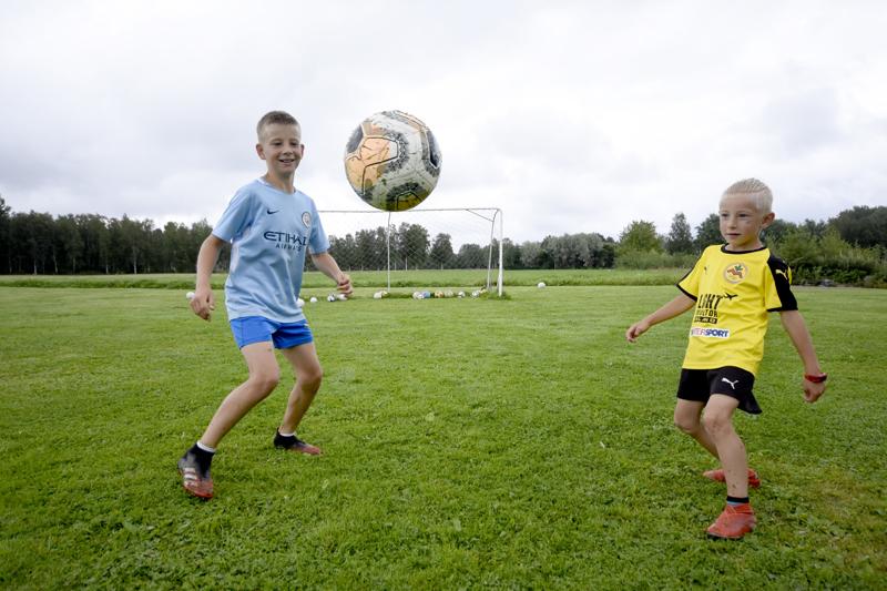 Joar ja Wilmer Laakso pelaisivat jalkapalloa aamusta iltaan, jos se vain olisi mahdollista. He tykkäävät kikkailla pallon kanssa. Esimerkiksi pomputteluennätykset ovat pojilla komeat: Joarilla 5 000 ja Wilmerillä 1 000.