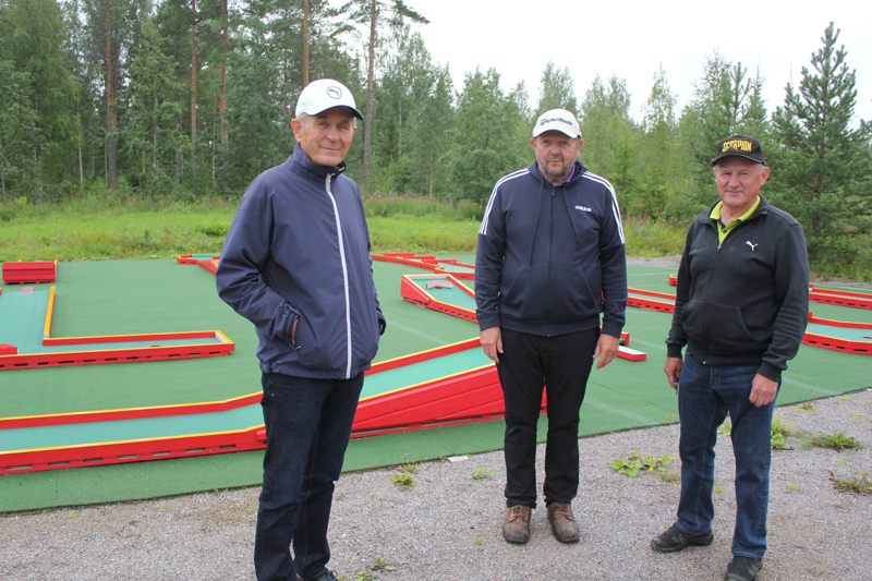 Minigolf on loistava perhe- ja kaveripeli. St. Lake Golf Clubin MiniGolf-rata valmistui toukokuussa. Vasemmalta Eero Niskanen, Leo Pihlajaharju ja Tapani Röytiö.
