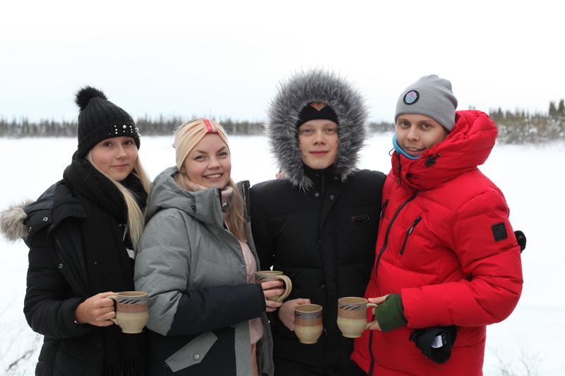 Somevaikuttajat Mandimai Sundberg, Miisa Nuorgam, Kasper Edel ja Jesse Sarkkinen lähtivät Kanadaan arktisiin oloihin tarkoituksenaan olla kolme viikkoa ilman älylaitteita ja nettiä. Viikon kuluttua korona kuitenkin sotki suunnitelmat.