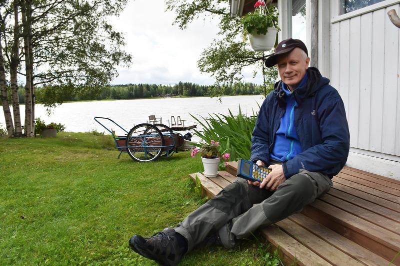 Vatjusjärven rannat ovat Lauri Vatjus-Anttilan lapsuusmaisemia. Matti-veljellä on mökki suvun vanhoilla mailla Hammasniemen naapurissa, ja kotitilaa Anttikankaalla jatkaa Jaakko-veli. Yhteys kotiseutuun on säilynyt sukulaisten kautta, vaikka työt kuljettivat Laurin Ouluun jo 1970-luvun puolivälissä.