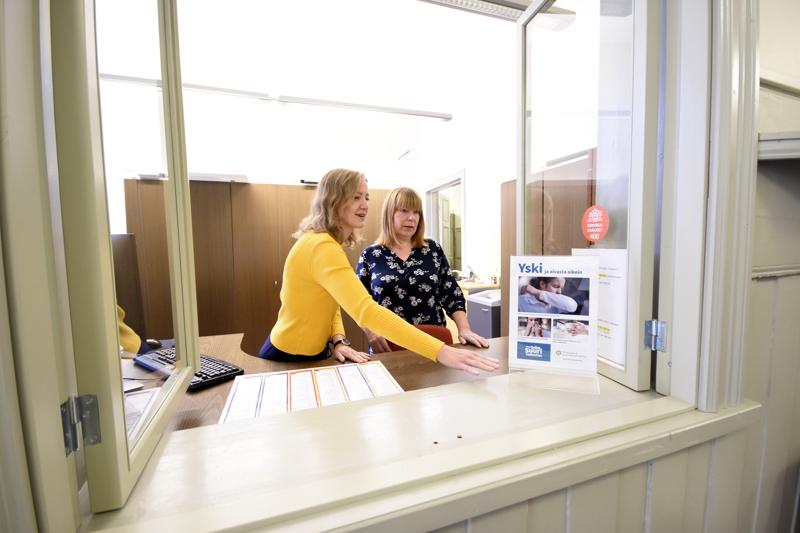 Palvelusihteeri Heli Hollanti (oik.) päivystää arki-iltaisin opiston asiakaspalvelussa. Asiakaspalvelua päädyttiin laajentamaan, jotta myös työssäkäyvät ehtivät asioimaan opistolle. Kuvassa myös Jennica Hagström.