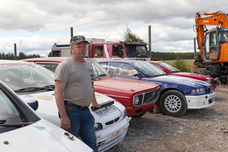 Heikki Hosionahon tallin pihalla olevista autoista monella osallistutaan Kapinaralliin.