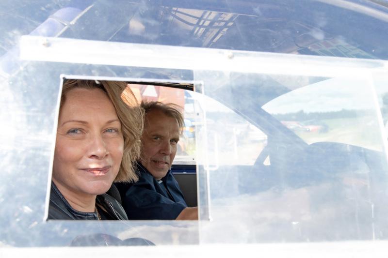 Lasse Hirvijärvi toimii VIP-kuljettajana. Kyydissä Nivalan kaupunginjohtaja Päivi Karikumpu.