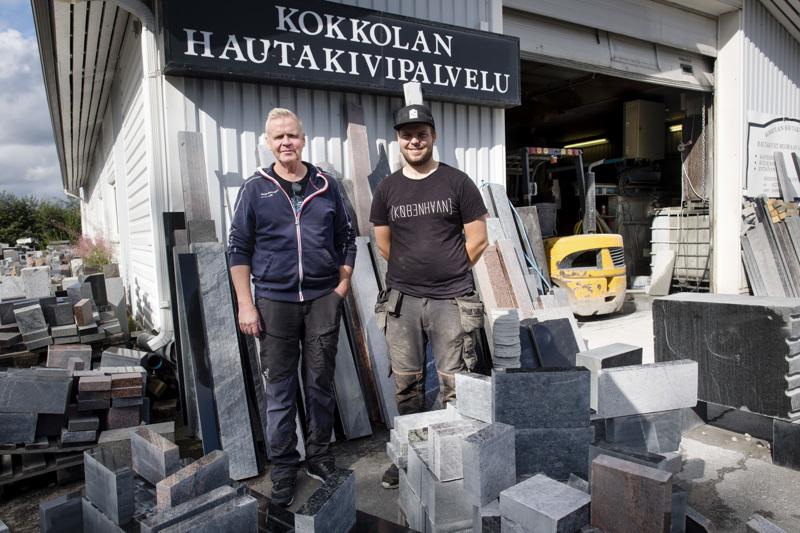Kokkolan Hautakivipalvelu on perheysritys, jota pyörittävät isä Sakari Tuhkunen sekä hänen poikansa Toni Tuhkunen.