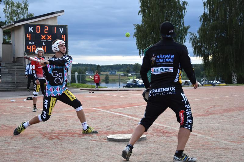 Jokerina pelannut Artturi Paavola Reisjärveltä löi pallon maisemiin ja juoksi kotiutuskisassa kunnarin.