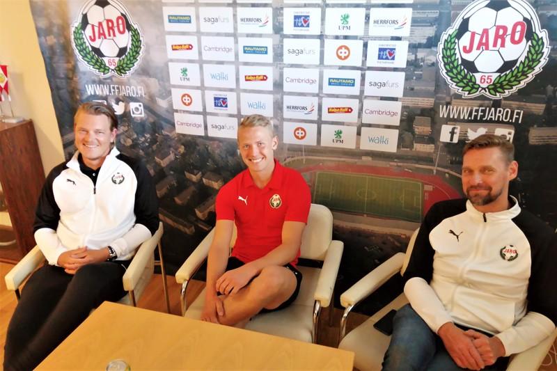 Valmentaja Jonas Portinilla, monitoimipelaaja Jim Myrevikillä sekä päävalmentaja Niklas Käckolla olivat hymyt herkässä.