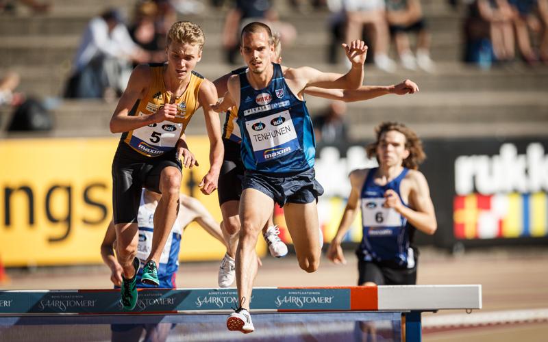 Miika Tenhunen jäi viimeisen vesiesteen jälkeen hieman pussiin kilpailun lopulta voittaneen Hannu Granbergin taakse.