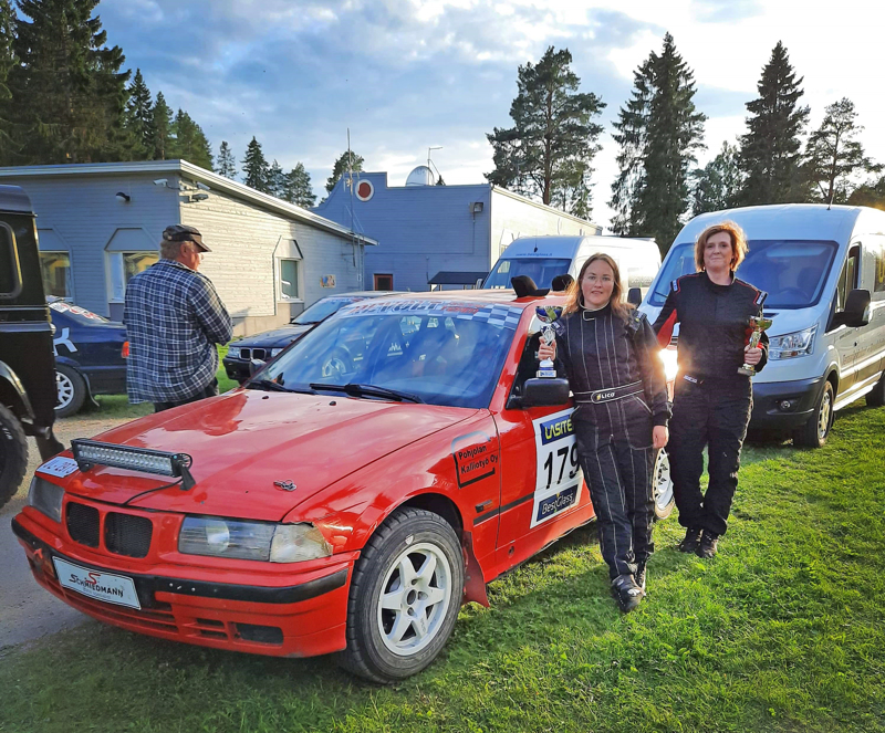 Johanna Päivärinta (vas.) ja Sara Rantala voittivat hopeaa Kapinarallin naisten sarjassa. Kilpailu oli Päivärinnan ensimmäinen isompi rallikilpailu.