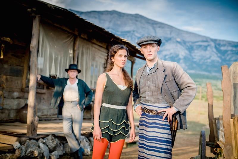 Lauleleva saksalaisteurastaja Amerikassa. Fidelis (Jonas Nay), sirkuksen Delphine (Aylin Tezel) ja tytön isä (Sylvester Groth).