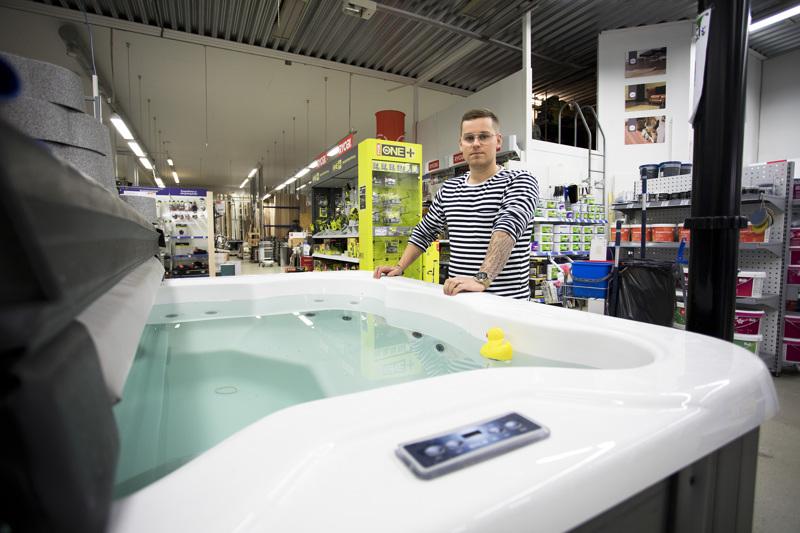 Saku Sorvari kertoo, että ulkoporeallaskauppa on käynyt kuumana koko kevään ja kesän. Kaikki altaat, mitä Ojan rautaan saadaan hankittua, myydään jo ennakkoon.