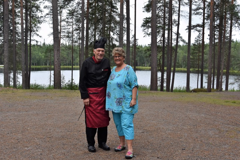 Yhteinen urakka valmistui. Leila Kattilakosken puoliso Juhani Pienimäki kuvasi kaikki oppikirjan kuvat ja videot, ja on ollut kokkina kaikilla Kattilakosken Kannuksessa järjestämillä jäsenkorjaajien koulutuspäivillä, niin nytkin.