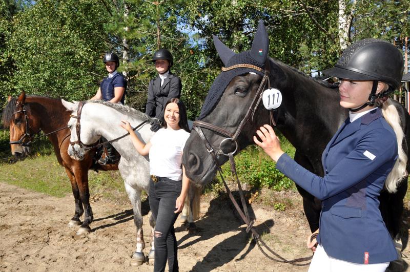 Aluemestaruuden voittaneessa joukkueessa ratsastivat Marie Granö ( oik. ), Jonna Hietala,Tara Pulkkinen ja Emma Hyyppä.