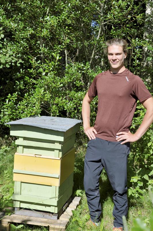 Hyvää nimipäivää Sami! Pahkalan Sami myy itse valmistamaansa hunajaa kaupoille.