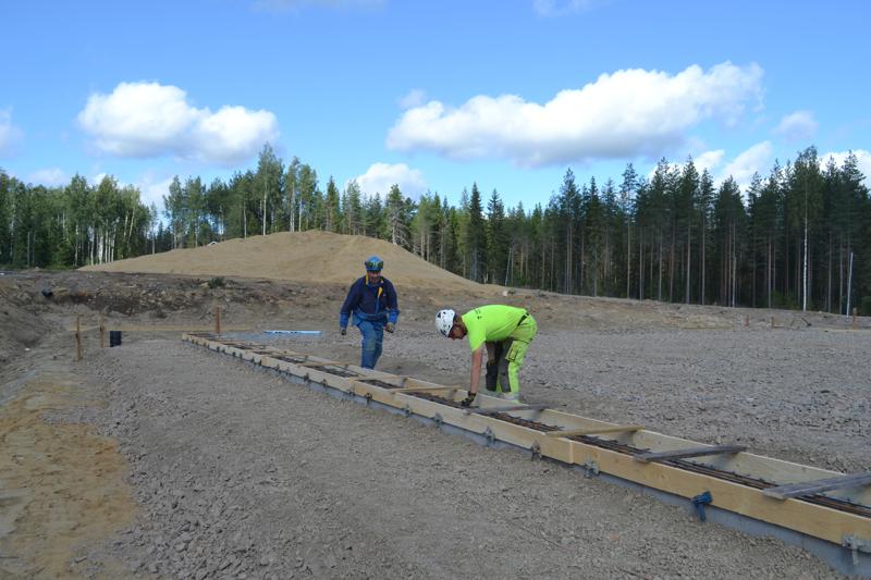 Jarkko Huttunen ja Reijo Pennanen tarkistavat vielä että kaikki on valmista anturavalua varten.