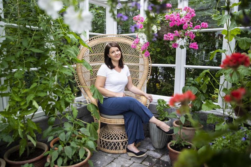Maija Peuhkurinen sai syntymäpäivälahjaksi upean rottinkituolin, joka pääsi kasvihuoneeseen kunniapaikalle. Kesän lopussa kelpaa ihastella kukoistavia kukkia ja vaihtelevasti menestyneitä hyötykasveja – ja ehkä suunnitella seuraavaa projektia.