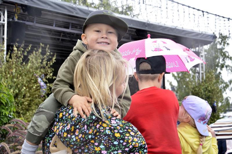 Markkinavilinää voi parhaiten seurata äidin olkapäältä. Senja ja Severi Rantaharju ovat tulleet käymään Kajaanista.