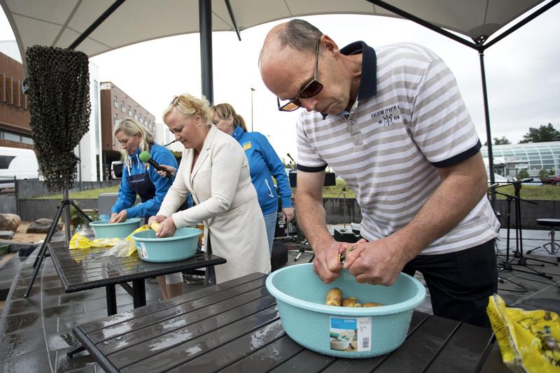MTK Kalajoen puheenjohtaja Esa Rahja (oik.) voitti leikkimielisen perunankuorintakisan Hilman lähiruokatori -tapahtumassa. Europarlamentaarikko Elsi Katainen (kesk.) sijoittui toiseksi. Myös ravintoloitsija Hanna Saari kuori perunoita ahkerasti.