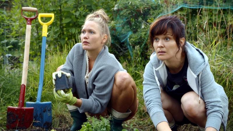 Oma palsta, oma lupa. Ella Lahdenmäki ja Lotta Kaihua valloittavat komediassa Miinan ja Karlan vapautusliikkeestä.