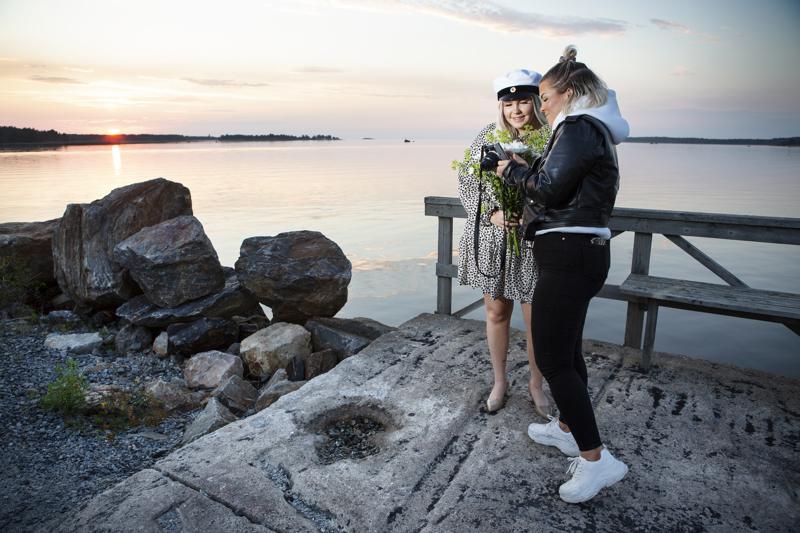 Keväällä ylioppilaaksi valmistunut Salli Nyström on pyytänyt ystävänsä Vilma Kalliokosken ottamaan kuvan kiitoskorttiin.