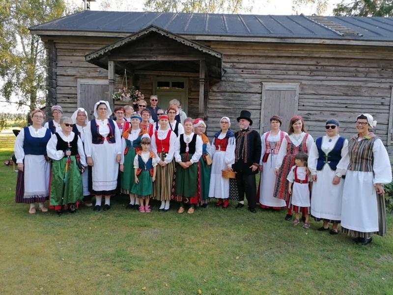 Kansallispukutuuletuksessa Puuhkalan kotiseutumuseolla nähtiin muun muassa puvut: Laatokan Karjala (vas.), E-P, Kaukola, Peräpohjola, Laitila, E-P, Peräpohjola, Suur-Ii, sitten tanskalainen miehen puku, Häme, Sääksmäki, Koillismaa ja Kainuu.