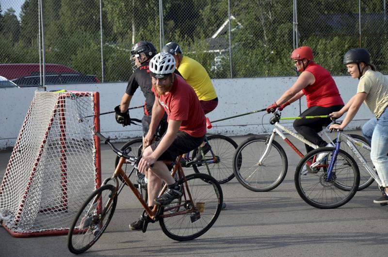 Kokeneena maastopyöräilijänä Veli-Pekka Kleemola (edessä) on pyöräillyt Alpeilla ja Pyreneillä. Kuvassa oikealla Aino Manninen, Heli Manninen, Matias Yliniemi ja Samu Penttilä.