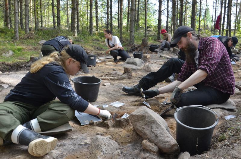Arkeologian opiskelijat Aino Hepoaho ja Jarno Nurmi ovat löytäneet paikalta paljon kvartsi-iskosta ja palanutta luuta.