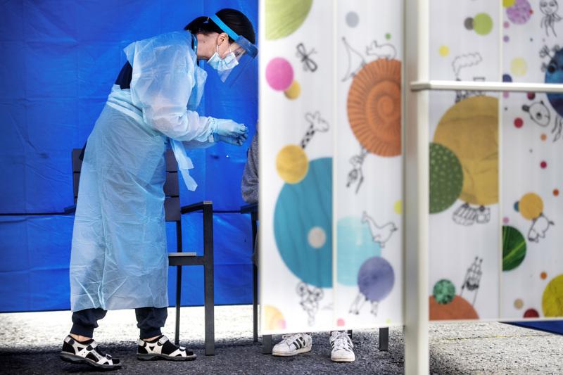 Sairaanhoitaja Annika Kamula ottaa koronatestejä keskussairaalan lasten päivystyksen näytteenottopisteessä.
