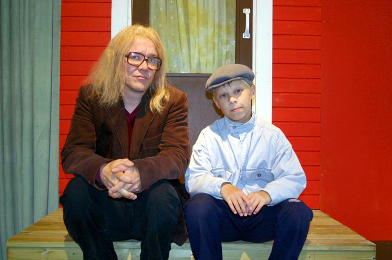 Rauli Badding Somerjoki on ollut lukuisten näytelmien roolihahmo, tässä Aki Honkatukia ja Aleksi Yli-Sissala, Badding aikuisena ja lapsena. Kuva on vuodelta 2009.
