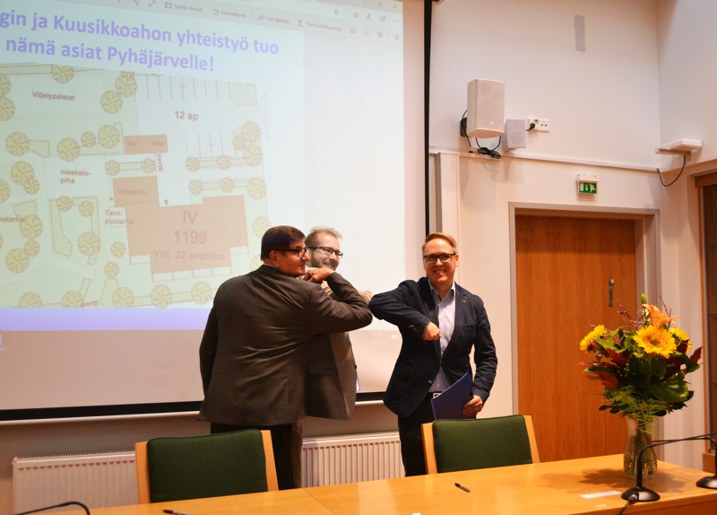 """Yhteistyösopimus on allekirjoitettu. Asko Kauranen, Henrik Kiviniemi ja Teemu Turunen vahvistavat sopimuksen vielä ajan tyylin mukaisella """"kättelyllä""""."""