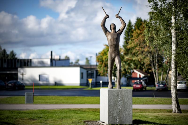 Mika Myllylän muistomerkki paljastettiin Haapajärvellä perjantaina.