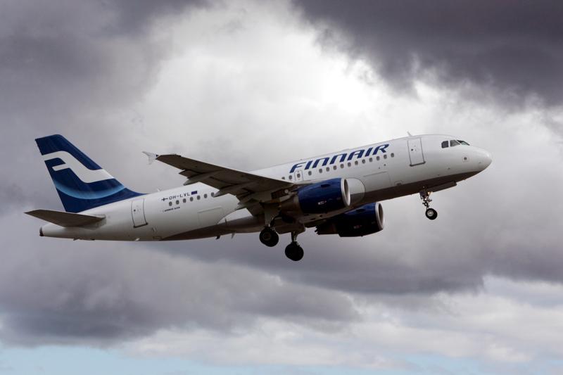 Synkät pilvet varjostavat Finnairin lentoja. Yhtiö kertoi tiistaina jättimäisistä yt-neuvotteluista, jotka voivat johtaa jopa tuhannen työntekijän vähentämiseen.