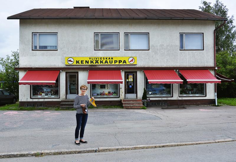 Kaarina Juntunen jatkaa äitinsä 70 vuotta sitten perustamaa kenkäkauppaa. Ylivieskassa Juurikoskenkadulla sijaitseva rakennus on vuodelta 1959.