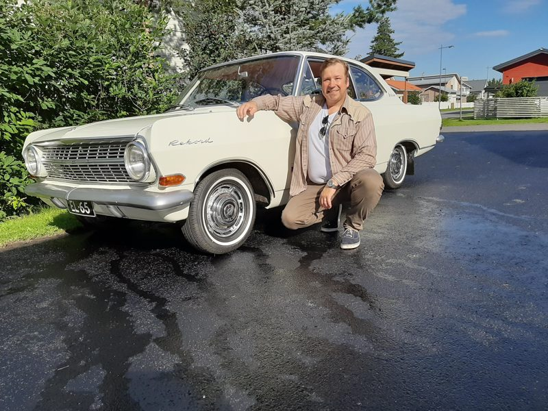 Opelin omapaino on vain 1034 kiloa, ja Ruotsin rekisteriotteessa kokonaispainoksi oli merkitty 1090 kiloa. Näin ollen autolla olisi saanut ajaa vain enintään 56 kiloa painava kuljettaja. Auton kantakorttia haettiin Trafin tiedostoista, jotta kantavuutta saatiin lisää 440 kiloa, Erkki Lähtevänoja kertoo.
