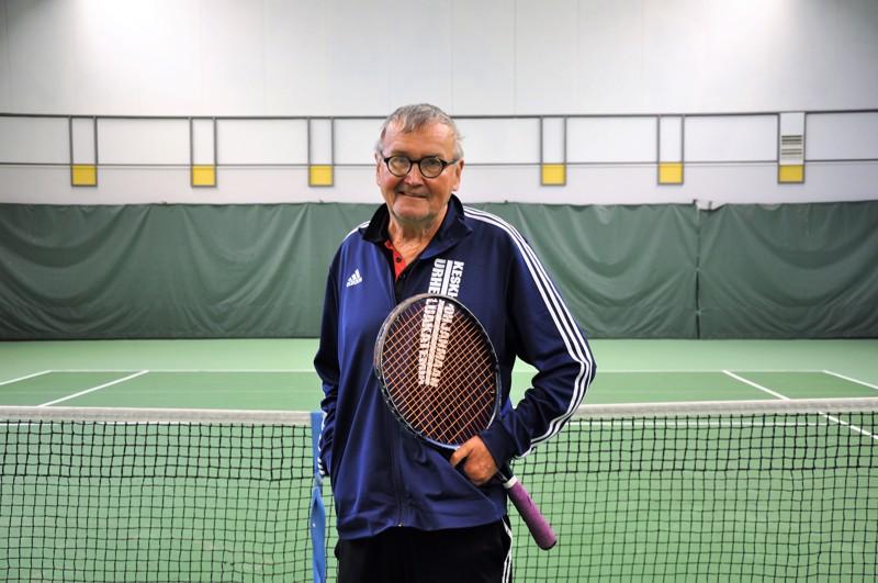 Urheilutalon tennishalli on Ahti Seppelinin toinen koti. Hän valmentaa nuoria ja aikuisin pelaajia 15 tuntia viikossa.
