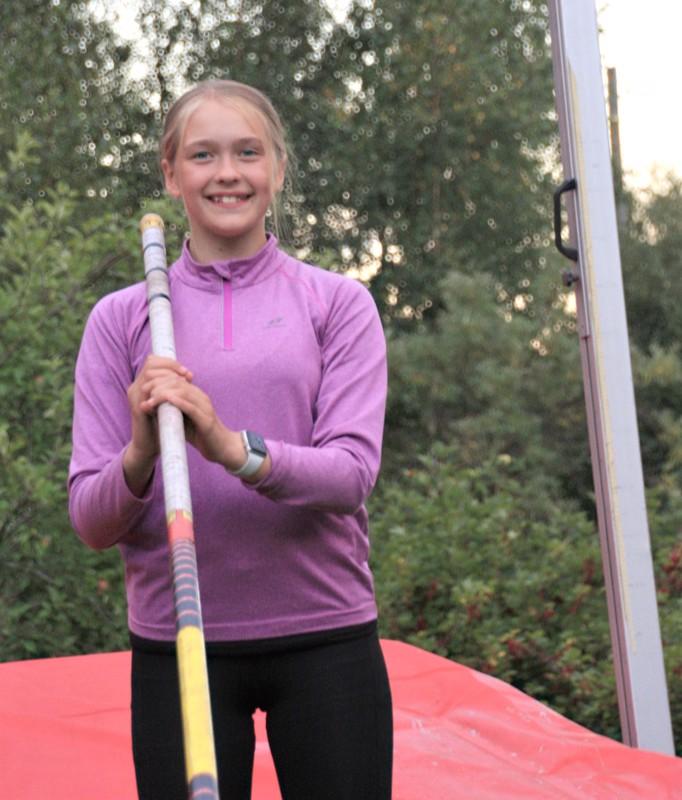 Klaara Kivistö kotipihallaan runsas tunti Raahen kisan jälkeen. Hymy on herkässä!