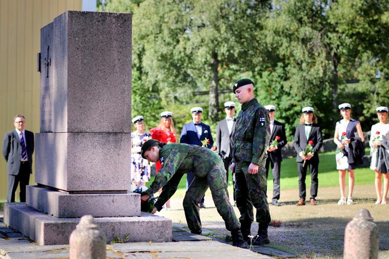 Ylioppilaitten seppeleen laskivat sankarihaudoille Karoliina Haapakoski ja Arttu Luukkonen. Koska lakkiaiset vietettiin vasta elokuun lopulla, he ovat jo ehtineet aloittaa asepalveluksen.