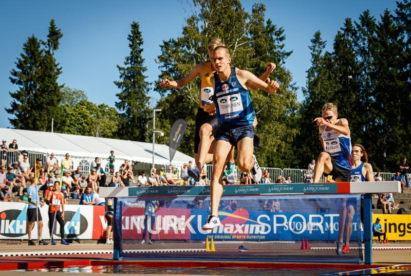 Miika Tenhunen ylittää esteitä ensi viikonloppuna Tampereella.