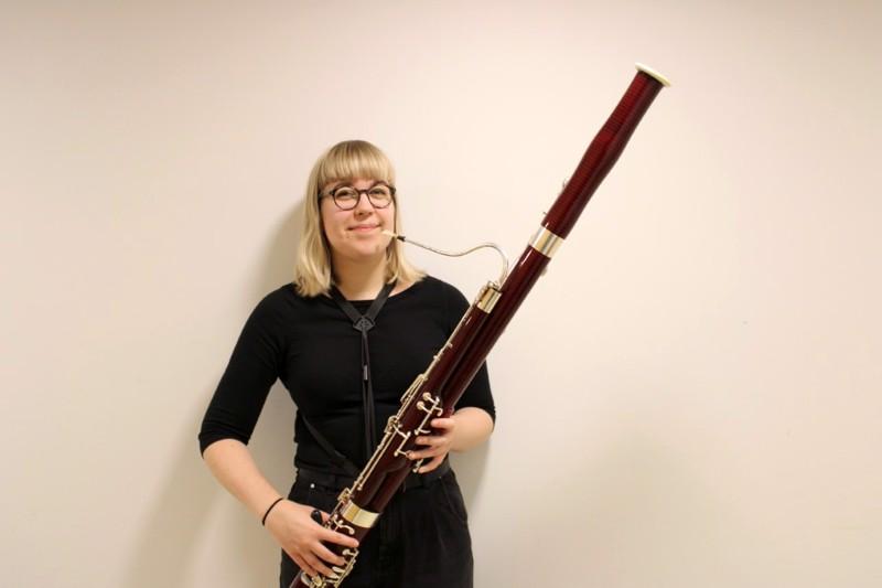 Fagotti on niin painava soitin, että soittaja Laura Kujala kiinnittää sen itseensä valjailla.