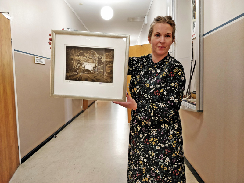 """Kulttuurisihteeri Marja-Leena Hyytinen ja Olavi Tialan grafiikkateos """"Iltalento"""" vuodelta 2006. Pietarsaaren tämän vuoden grafiikkateoskisa päättyi maanantaina"""