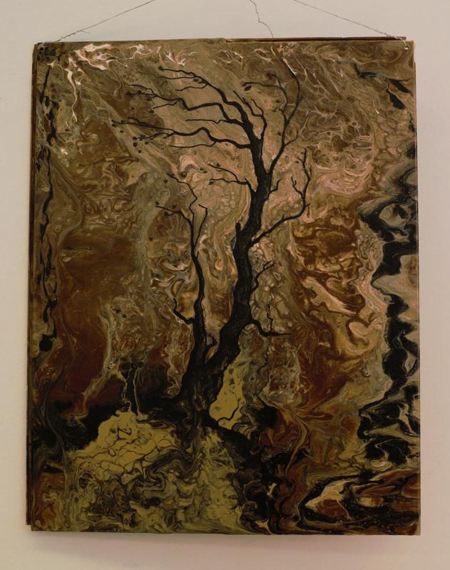 """Toimittajan suosikki. Dramaattinen teos """"Sitkeys"""" syntyi värien omasta halusta.   -Valutin värejä, kun näin kuvassa yhtäkkiä puun, Natalia Pikkarainen kertoo."""