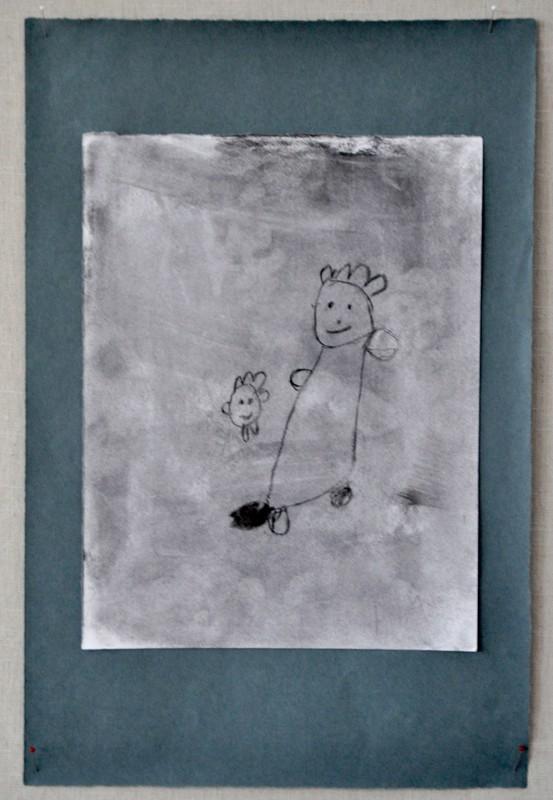 Hiiltä. Tiia Kinnusen herkässä piirroksessa on äiti ja lapsi.