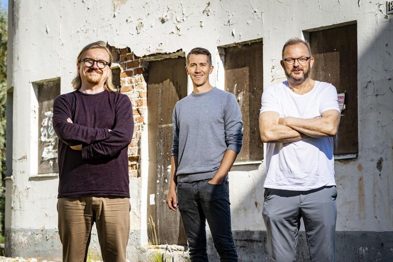 Ville Jankeri (vas.), Jussi Vatanen ja Rimbo Salomaa kävivät Kokkolassa kertomassa Metsäjätti-elokuvasta.