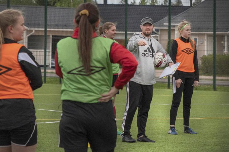 Niko Aihion valmentama FC-92:n naisjoukkue ei pääse pelaamaan odottamaansa ratkaisuottelua. Ensi kaudella joukkue todennäköisesti pelaa Kakkosessa.