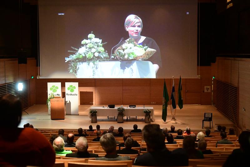 Annika Saarikko valittiin keskustan puheenjohtajaksi. Keskipohjalaiset puoluekokousedustajat seurasivat valintaa Kaustisen kansantaiteenkeskuksessa.