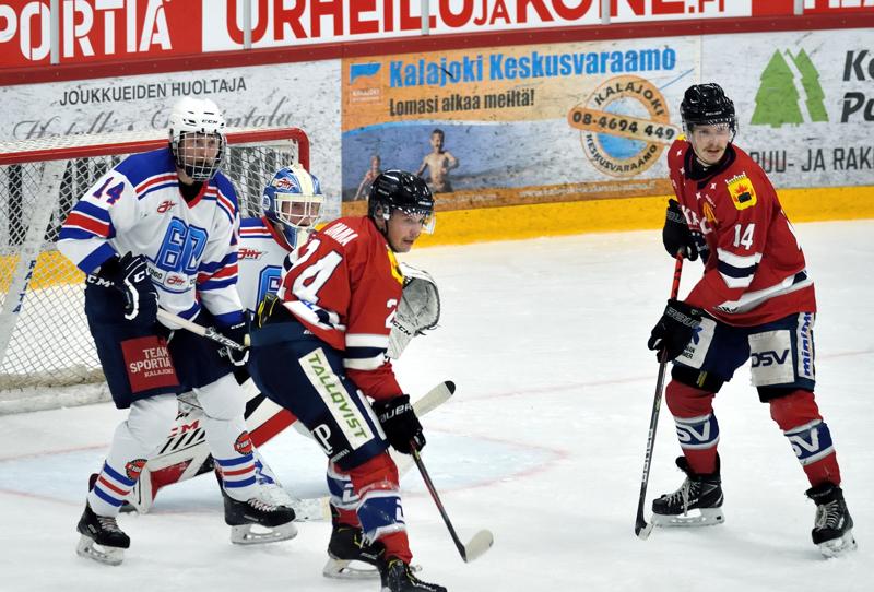 Hermeksen Henri Limma (24) ja Erik Ahopelto parkkeerasivat JHT:n maalille, jota vartioi Ville Viskari. Puolustamassa Jaakko Heiskanen.