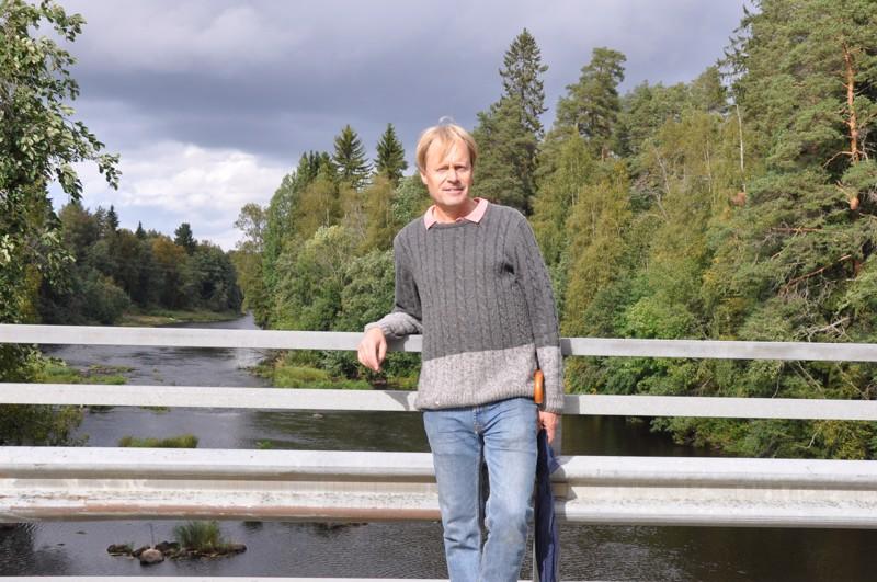 Kari Appelqvist on asunut lapsuudenkodissaan Vetelin Tunkkarilla maaliskuun puolivälistä. Tunkkarin sillalta avautuvat tutut Perhonjoen maisemat.