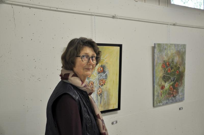Ripaus mediakritiikkiä? Anita Kallio rohkenee kokeillakin: sekatekniikalla toteutetun maalauksen kukkiin on rutattu sanomalehteä.