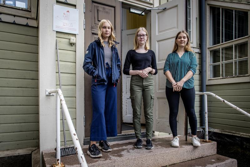 Alma Koski-Vähälän (vas.), Neea Oinaksen ja Maija Tuukkasen teoksia on esillä Kellarigalleriassa syyskuun ajan.
